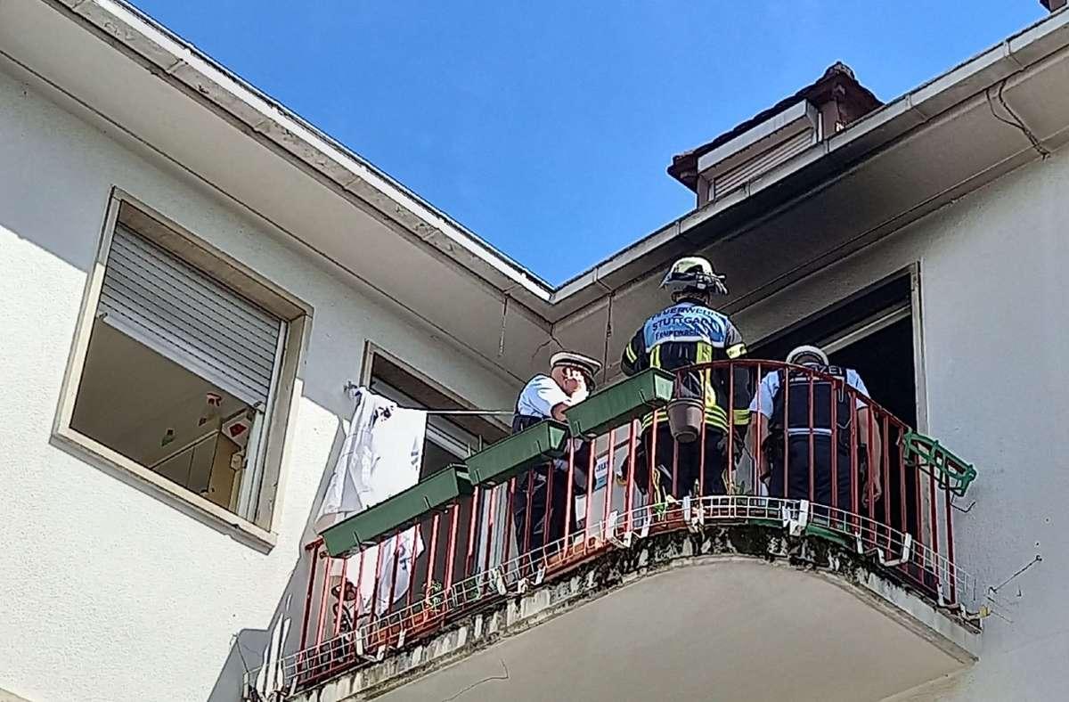 Die Bewohnerinnen und Bewohner eines Wohnhauses in Feuerbach mussten sich am Mittwochmittag vor einem Feuer in Sicherheit bringen. Foto: SDMG// Pusch