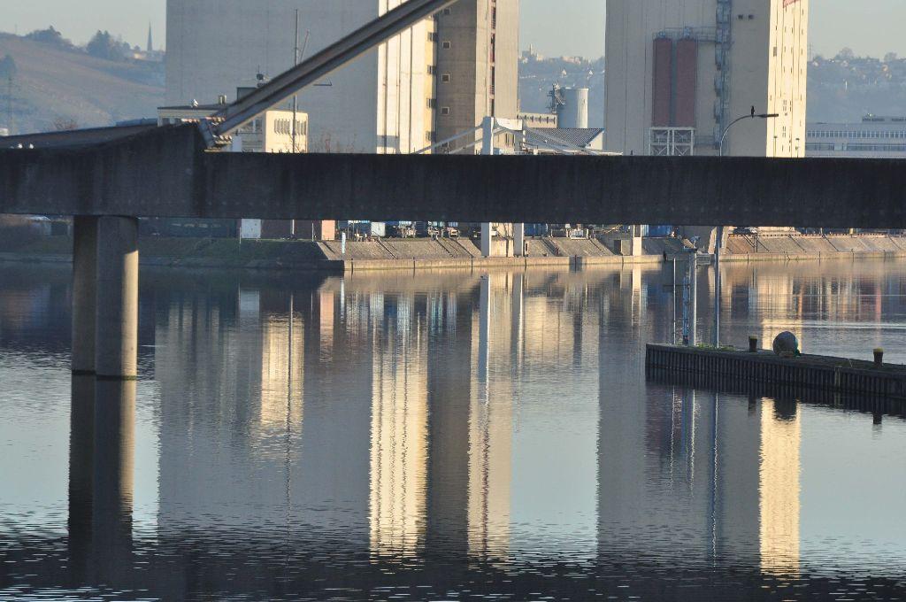Der Neckar ist an der Fundstelle recht breit Foto: Andreas Rosar Fotoagentur-Stuttgart