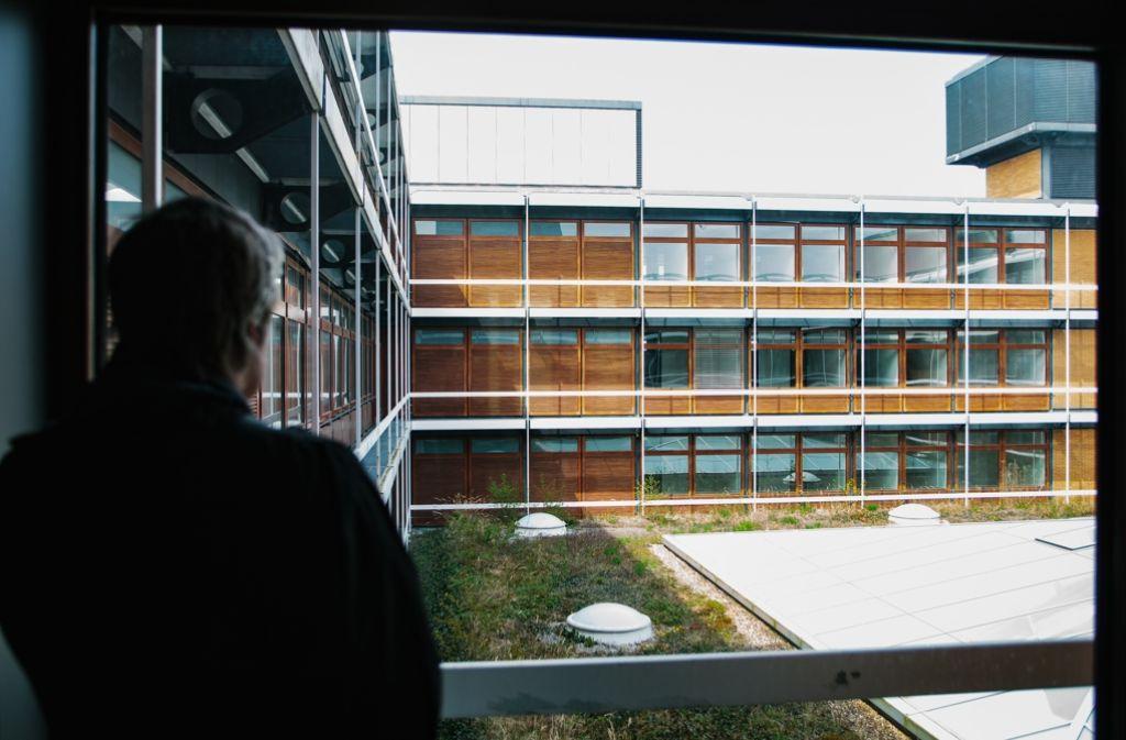 Einblicke: Der Campus besticht durch seine strenge Formen und das Zusammenspiel von Holz, Glas und Beton Foto: Lichtgut/Verena Ecker