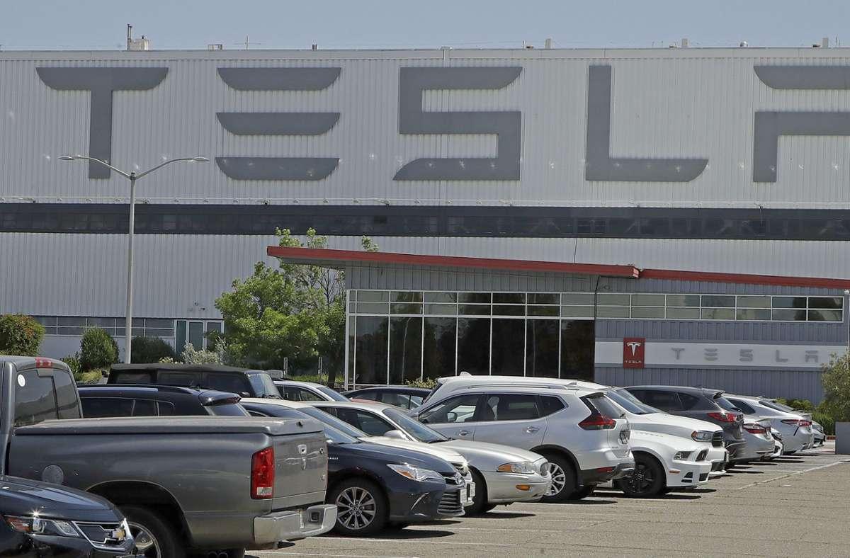 Der US-Elektroautobauer Tesla hat im zweiten Quartal trotz Belastungen durch die Corona-Krise deutlich mehr Fahrzeuge ausgeliefert als erwartet. Foto: AP/Ben Margot