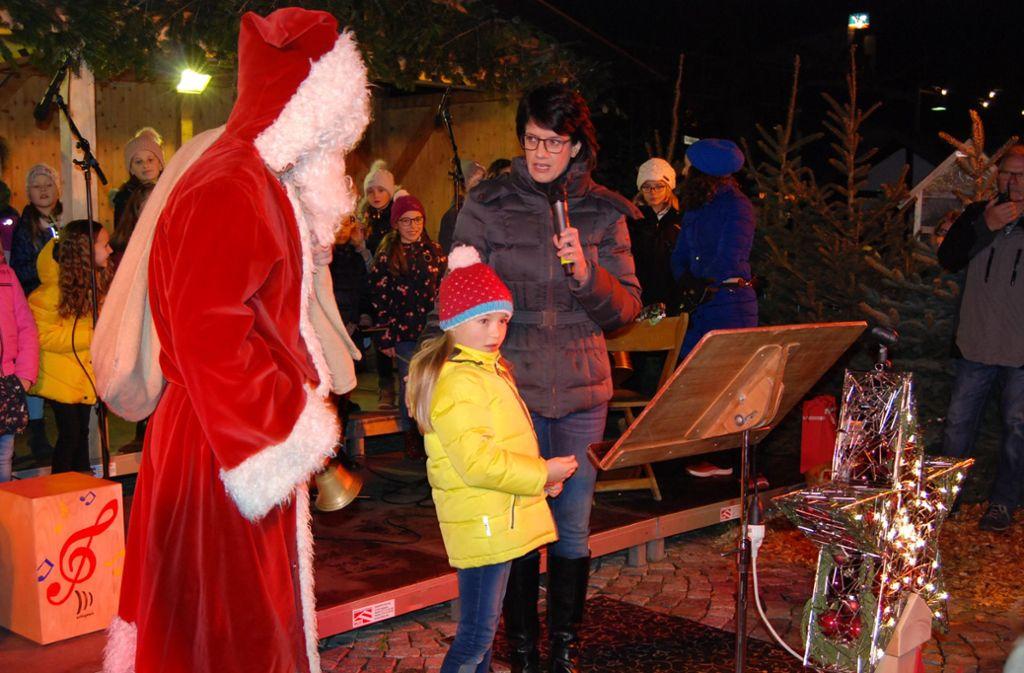 """Hanna knipst den """"Sternenhimmel"""" an bei der Eröffnung des Weihnachtsmarkts durch Oberbürgermeisterin Gabriele Zull. Foto: Claudia Bell"""