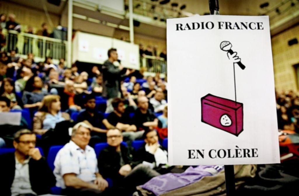 Mitarbeiter von Radio France zeigen ihre Wut. Foto: AP