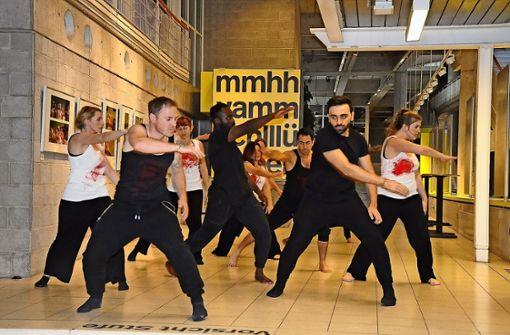 Die Hälfte der Tänzer ist von Abschiebung bedroht