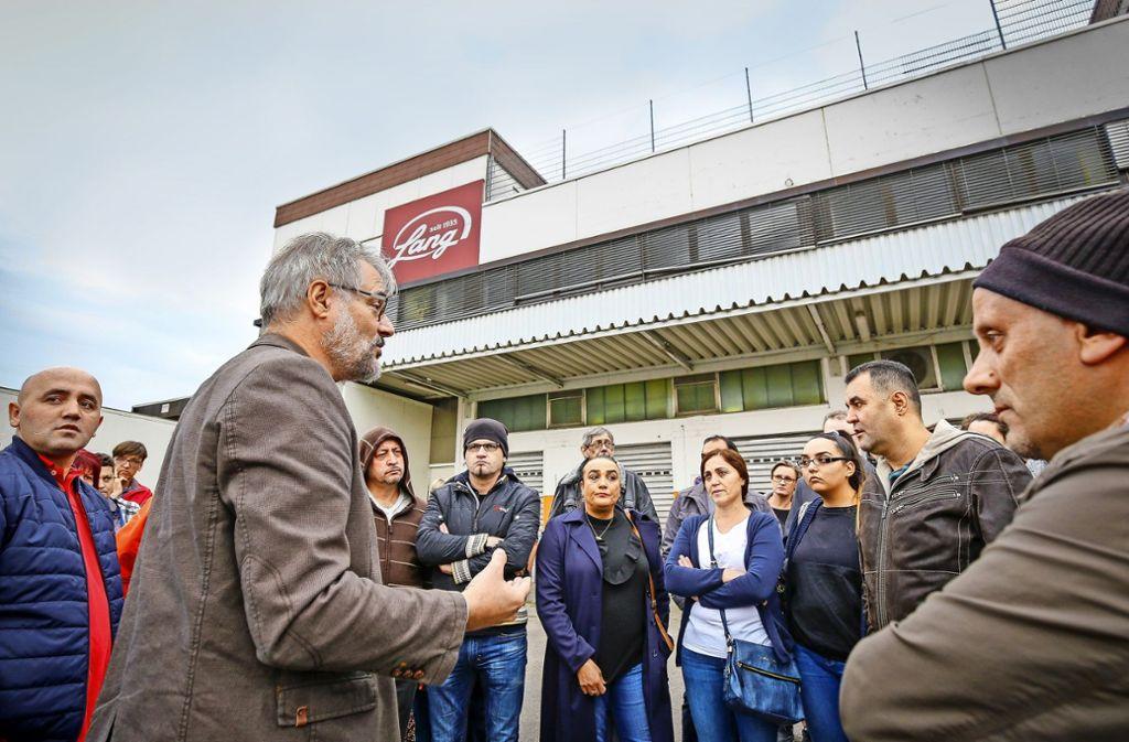 Etwa 45 Mitarbeiter der Bäckerei Lang haben   in Freiberg/Neckar gestreikt. Mit dabei Hartmut Zacher, Geschäftsführer  der Gewerkschaft Nahrung-Genuss-Gaststätten (vorne Mitte) Foto: factum/Granville
