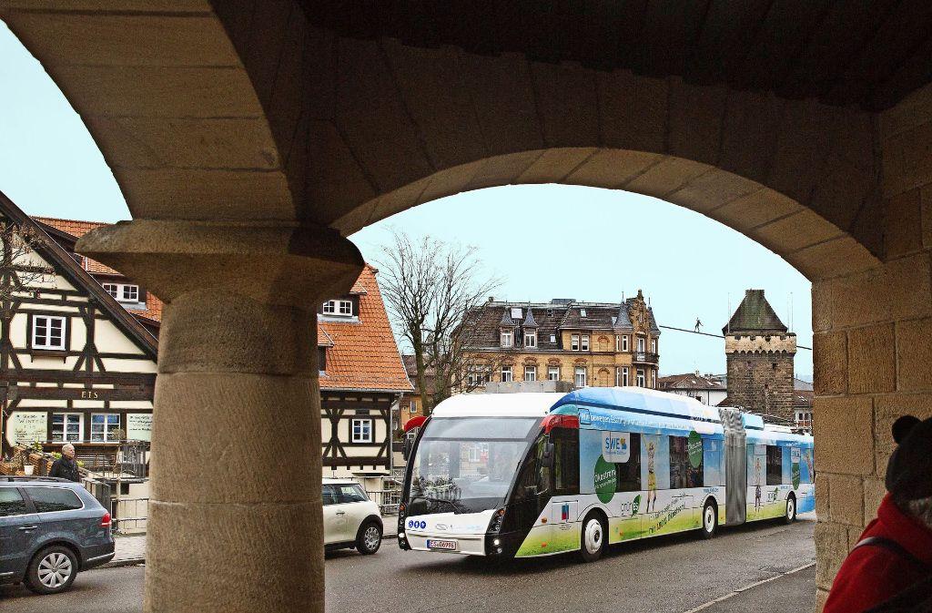 Der Elektrohybridbus, der seine Batterie am Oberleitungsnetz aufladen kann, wird so schnell nicht aus dem Esslinger Stadtbild verschwinden. Foto: Horst Rudel