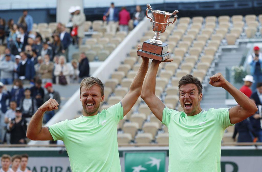 Die strahlenden Gewinner Foto: Pavel Golovkin/AP/dpa