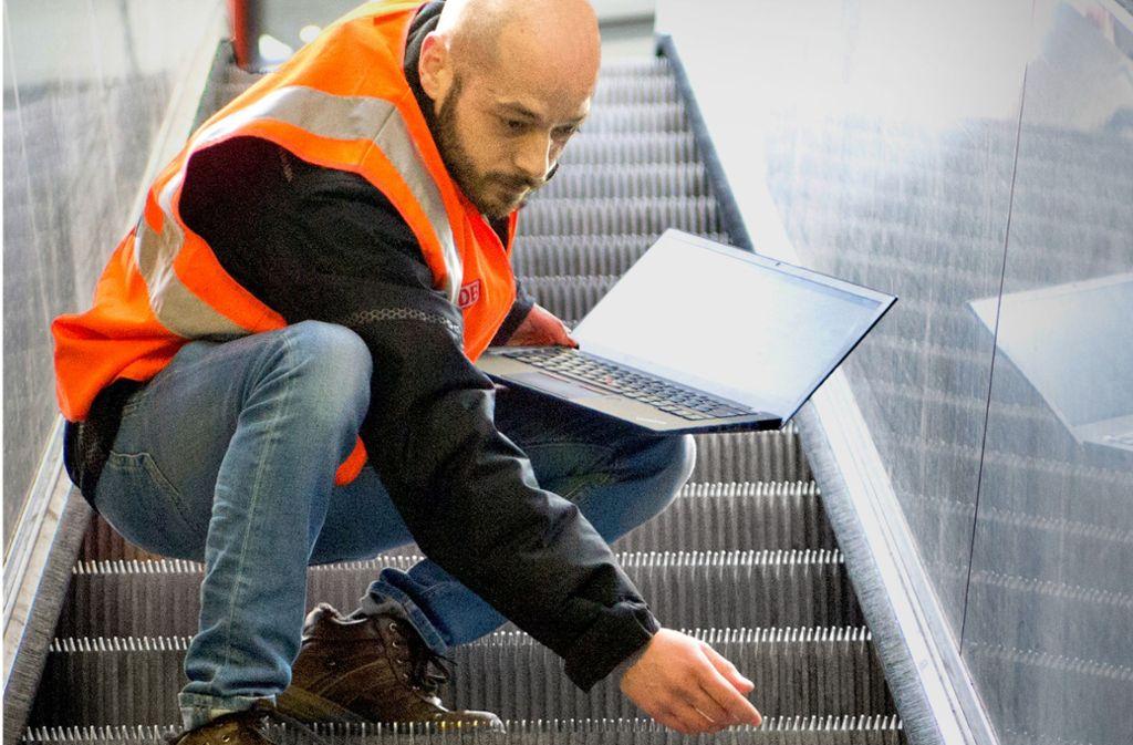 Anlagenmanager Giorgio Botta  inspiziert eine Rolltreppe Foto: Lichtgut/Oliver Willikonsky
