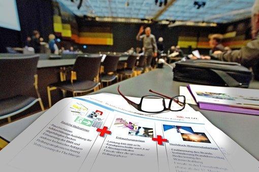 Viel Papier und große Diskussionen: wie sicher sind die Flughafenstationen? Foto: Christian Hass