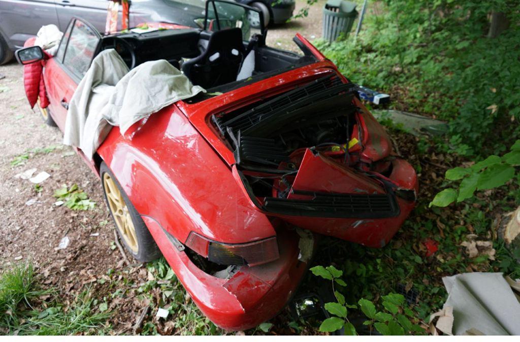 Der Porsche-Fahrer kam von der Straße ab und prallte gegen einen Baum. Foto: SDMG /Kohls