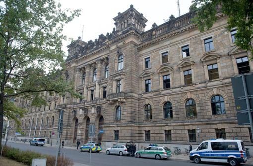 ZDF-Fernsehteam spricht mit Dresdner Polizeipräsident