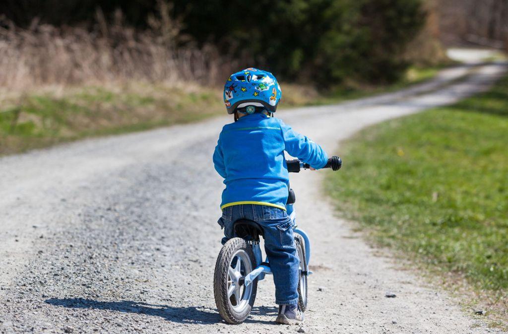 Helm auf – und los geht's: Kinder lieben Laufräder, Stiftung Warentest hat bei einigen Modellen nun Mängel festgestellt. Foto: AdobeStock