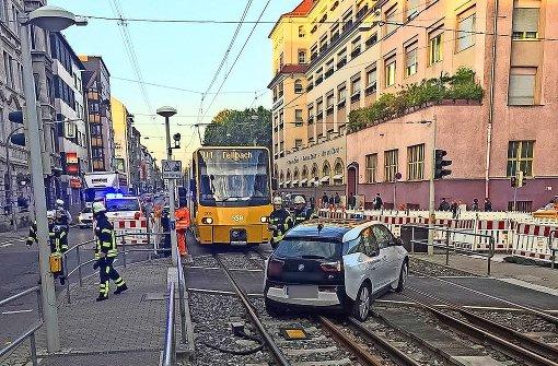 Erstes Elektroauto gegen Stadtbahn geprallt
