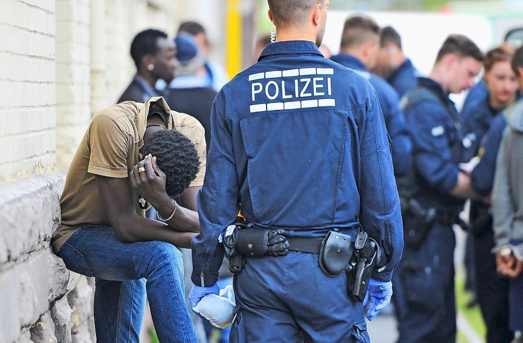 Drogenrazzia in der Landeserstaufnahmestelle für Flüchtlinge in Mannheim im Mai 2015. Seit einigen Wochen sind es jedoch vor allem minderjährige Flüchtlinge, die  der Stadt Probleme machen. Foto: dpa