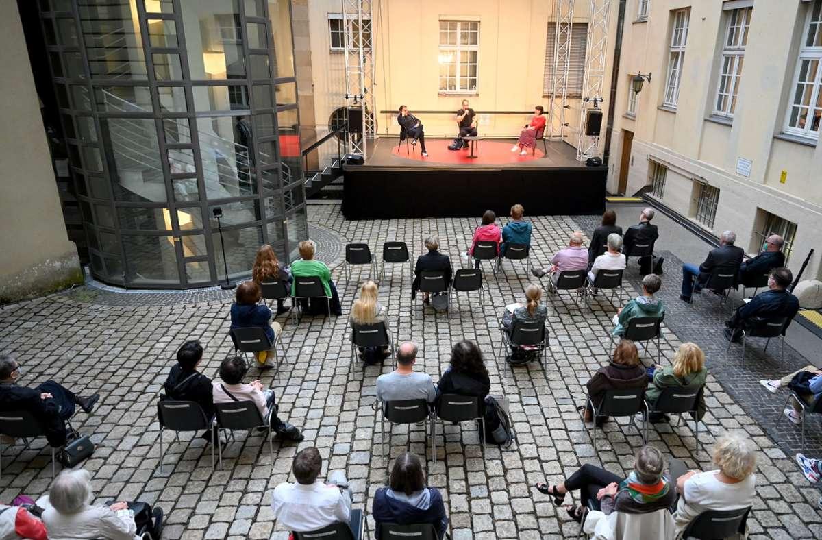 Christian Spucks Ballette sind raumfüllend und dynamisch. Auf der kleinen Bühne im Opernhaus-Hof gab der Choreograf (Mitte)  deshalb in einem Gespräch mit Vivien Arnold (rechts) und Tamas Detrich Einblick in seine Arbeit. Leider können nur knapp 40 Zuschauer dabeisein. Foto: Stuttgarter Ballett/SB
