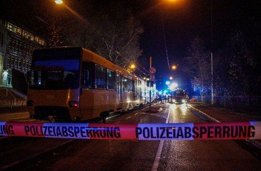 Nach neuen Erkenntnissen der Polizei war der Zusammenstoß mit einer Stadtbahn am Mittwoch vom Fahrer des betreffenden Autos offenbar gewollt. Foto: SDMG