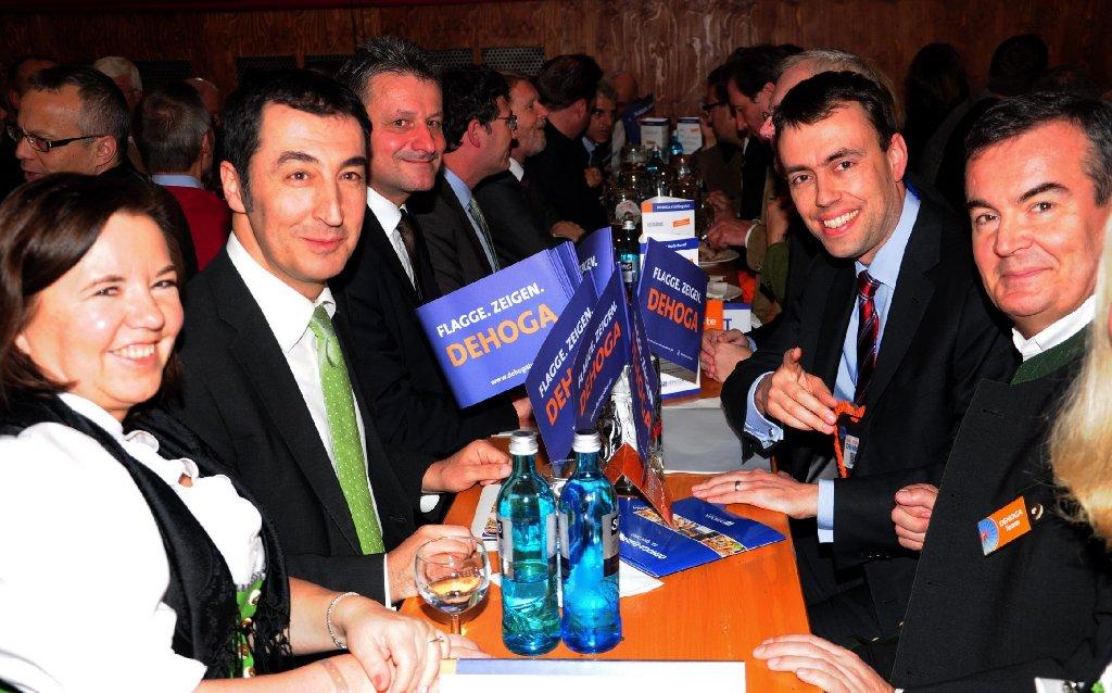 Auf der Dehoga-Party auf dem Frühlingsfest haben sich am Montagabend neben rund 4500 Hoteliers und Gaststättenbetreiber auch Cem Özdemir (zweiter von links) und Nils Schmid (zweiter von rechts) auf eine Maß getroffen. Klicken Sie sich durch die Bilder aus Grandls Hofbräuzelt ... Foto: www.7aktuell.de