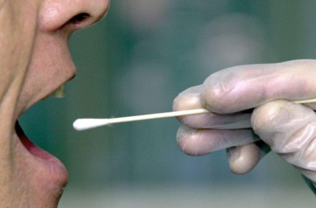 Über den Speichel kommen die Ermittler bei einem Massengentest an die DNA der Teilnehmer. Foto: dpa
