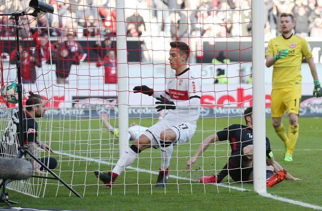 Erik Thommy erzielt gegen Eintracht Frankfurt sein erstes Bundesligator. Foto: Baumann