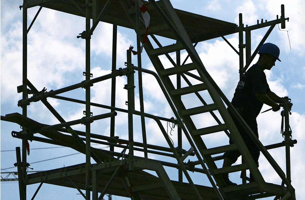 Die Baubranche floriert, und damit steigen  die Preise. Dies macht sich auch bei den Sanierungsarbeiten im und am Haus am Fleinsbach bemerkbar. Foto: /dpa/Arno Burgi