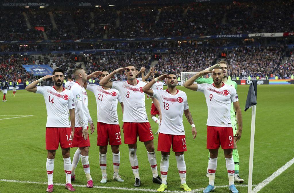 Erneut zeigten einige türkische Spieler den militärischen Gruß. Foto: AP/Thibault Camus