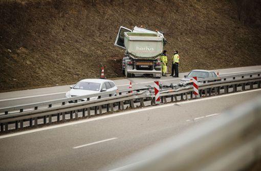B 14: Lastwagen gerät auf die Gegenspur