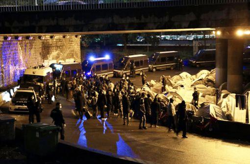 Die Polizei räumt in Paris ein Migrantenlager