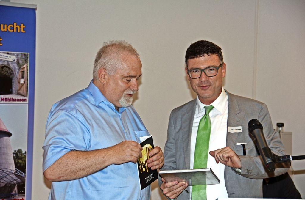 Gastredner Stefan Kaufmann (rechts) bekam vom Vereinsvorsitzender Rolf Zielfleisch Foto: Georg Friedel