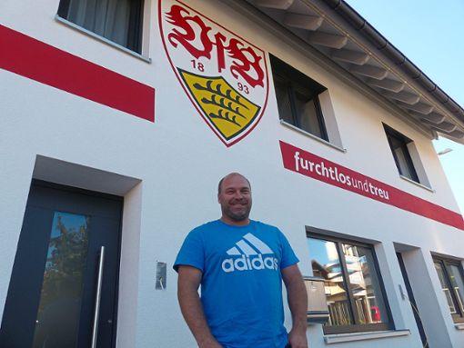 VfB-Fan streicht sein Haus in Vereinsfarben