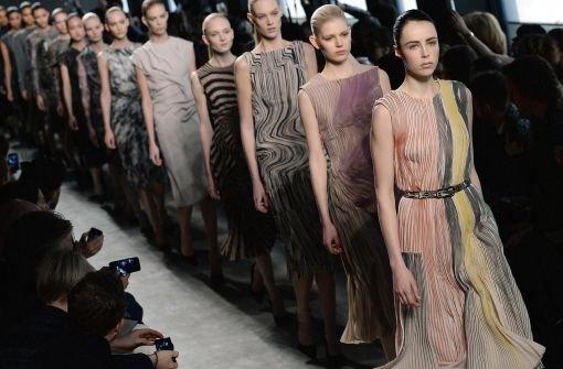Versace zeigt Seide und Glamour