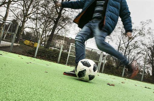 Fußball trifft Rollerfahrerin