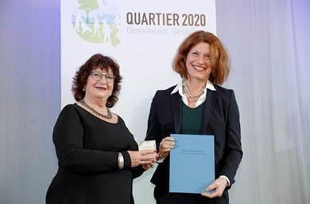 Staatssekretärin Bärbl Mielich (links) übergibt Susanne Volpp, Leiterin des Fachbereichs Bildung, Kultur und Familie der Stadt Ostfildern, die Auszeichnung. Foto: Sozialministerium