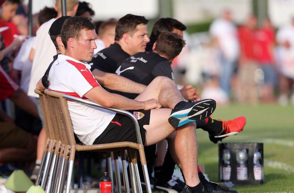 VfB-Trainer Hannes Wolf verfolgt das Testspiel des Aufsteigers in Ilshofen. Foto: Pressefoto Baumann