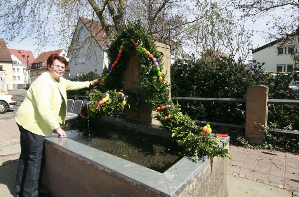 Helga Wünscher schmückt den Stammheimer Brunnen seit vielen Jahren, heuer haben ihr wieder Doris Mandl und Maria Wölfle  geholfen. Foto: Archiv Zeyer