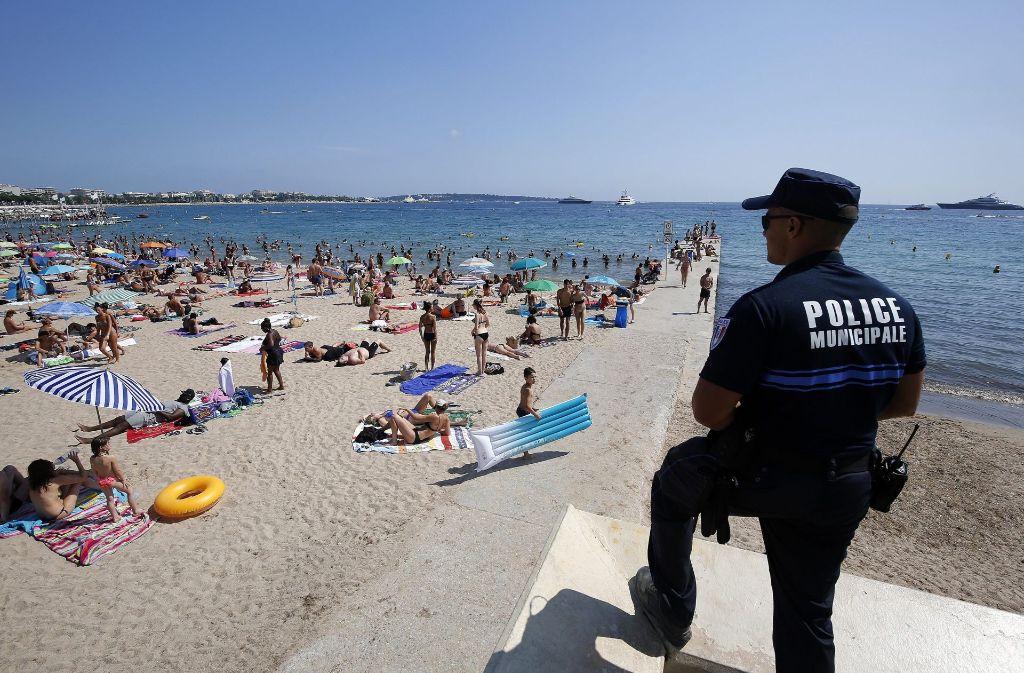 Die Polizei überwacht den Strand von Cannes. Foto: EPA