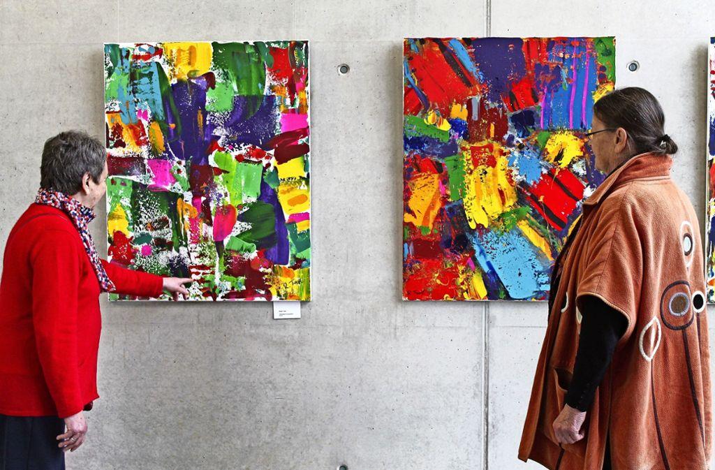 Jutta Reinhardt (links) und Gisela Abt haben die Jahresausstellung gemeinsam  konzipiert. Im Hintergrund sind Arbeiten von Ralph Trepl zu sehen. Foto: Sabine Schwieder