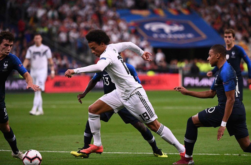 Brachte viel Tempo ins deutsche Angriffsspiel: Leroy Sané – hier im Duell mit Kylian Mbappé (re.) und Benjamin Pavard (li.) vom VfB Stuttgart Foto: AFP