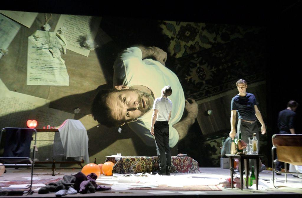 """Szene aus Anton Tschechows """"Iwanow"""" bei der Premiere am Sonntag im Stuttgarter Schauspielhaus. Foto: Thomas Aurin"""