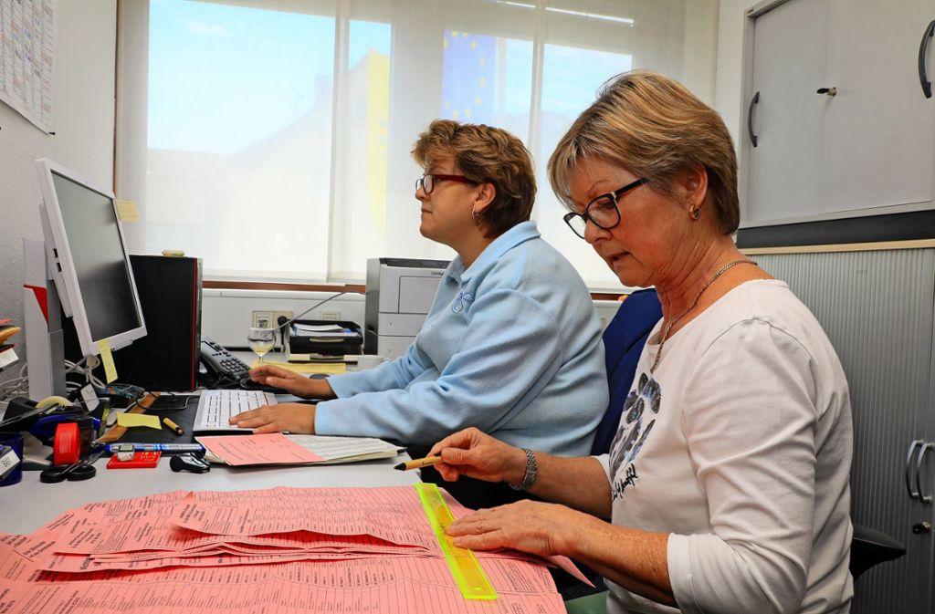 Gudrun Ziegler und Regina Kalepky zählen im Rathaus Bernhausen Stimmen aus. Foto: