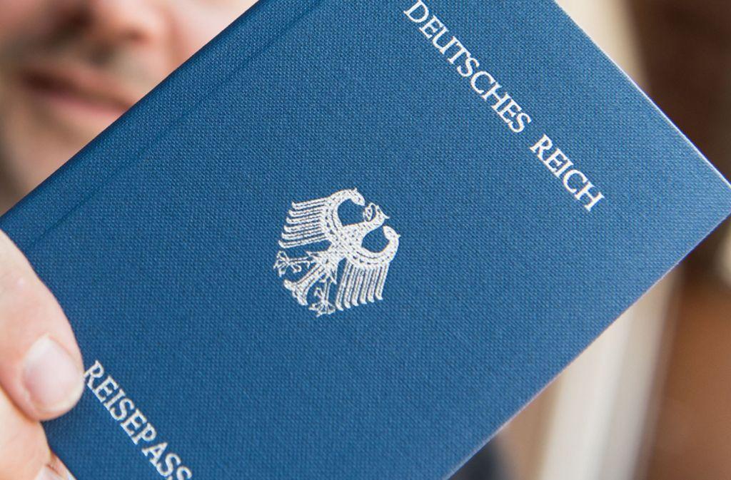 """Einen solchen Pass hat ein """"Reichsbürger"""" immer griffbereit. Es gibt ihn im Internet. Foto: dpa"""