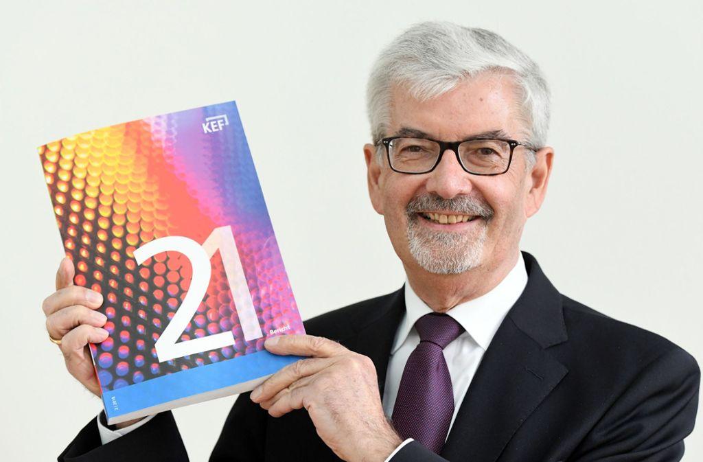 Heinz Fischer-Heidlberger, der KEF-Vorsitzende, und der aktuelle Bericht Foto: dpa