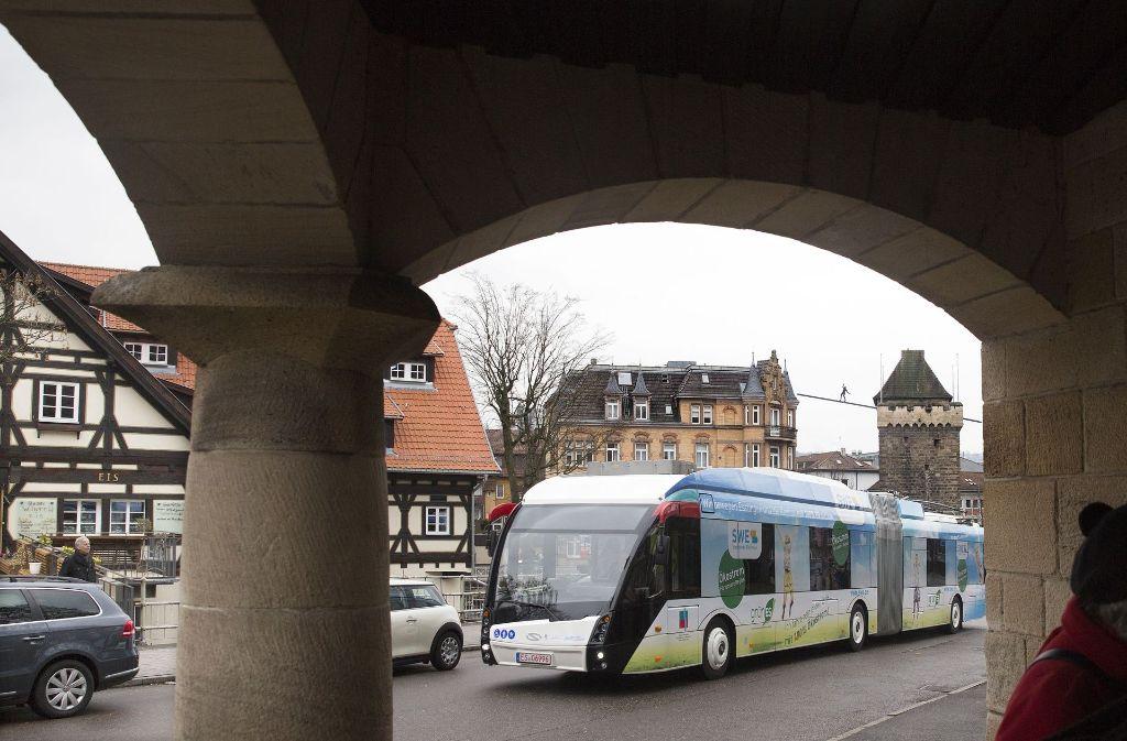 Vier Elektrohybridbusse sind in Esslingen bereits unterwegs, die Flotte soll kräftig wachsen. Ludwigsburg hingegen favorisiert reine Elektrobusse, die auf ganzer Strecke ohne Oberleitungen auskommen. Foto: Horst Rudel