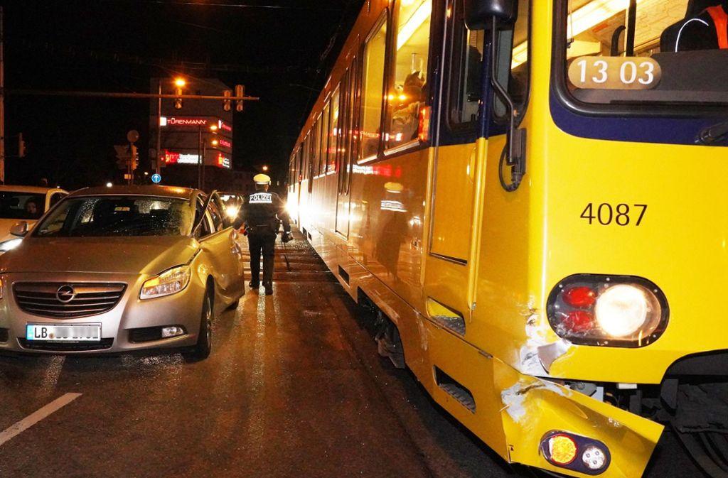 Am Samstagabend hat sich in Bad Cannstatt ein Unfall mit einer Stadtbahn ereignet. Foto: Andreas Rosar Fotoagentur-Stuttg