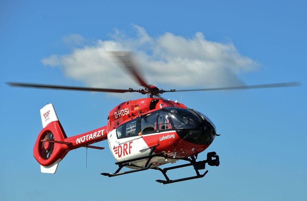 Die lebensgefährlich verletzte Motorradfahrerin musste mit einem Rettungshubschrauber in eine Klinik gebracht werden. Foto: dpa