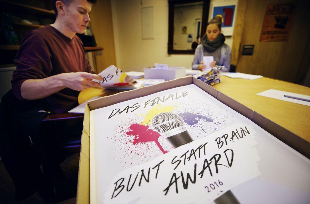 """Endspurt im Kulturhaus Schwanen: Die Plakate für den """"Bunt statt Braun""""-Award  werden eingetütet und verschickt. Foto: Gottfried Stoppel"""