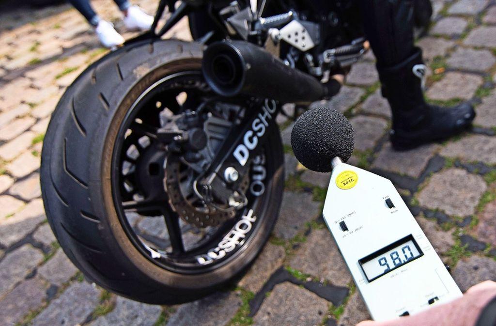Insbesondere durch den Motorradlärm fühlen sich die Anwohner gestört. Sie wünschen sich wirksame Maßnahmen zur Lärmreduzierung. Foto: dpa