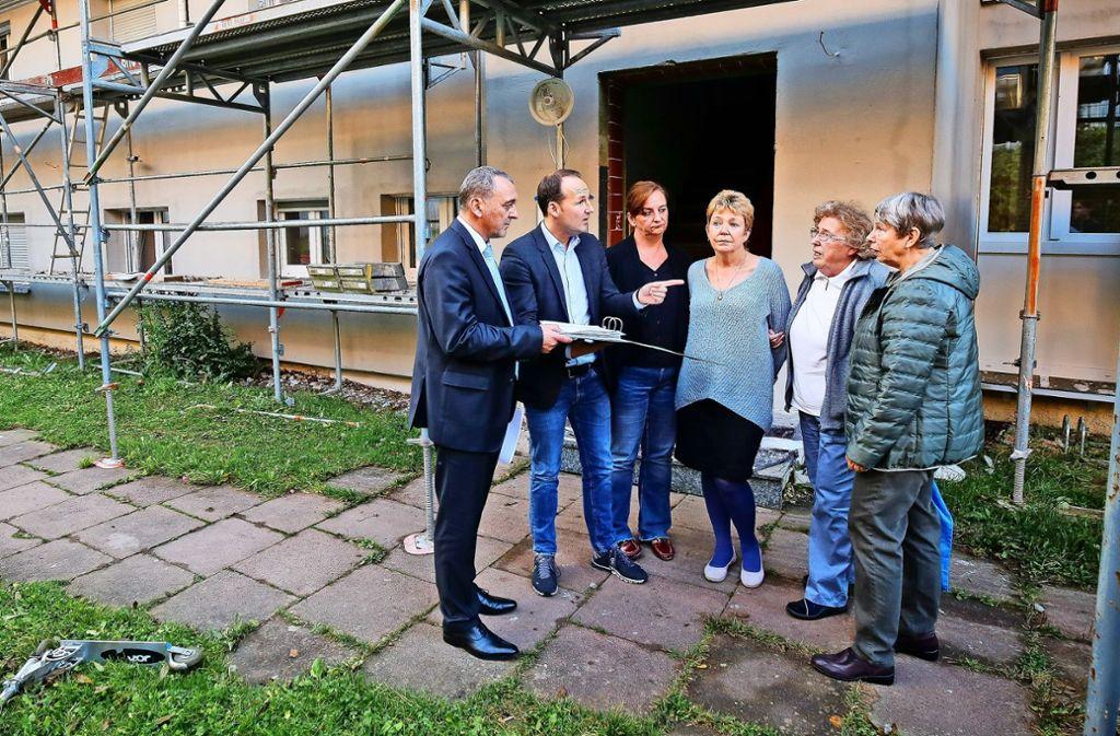 Iris Thölke, Doris Möse, Anita Trampler und Gordana Rentschke wollen in ihren Wohnungen bleiben und suchen Hilfe bei Marc Biadacz und Thilo Schreiber (von links). Foto: factum/Granville