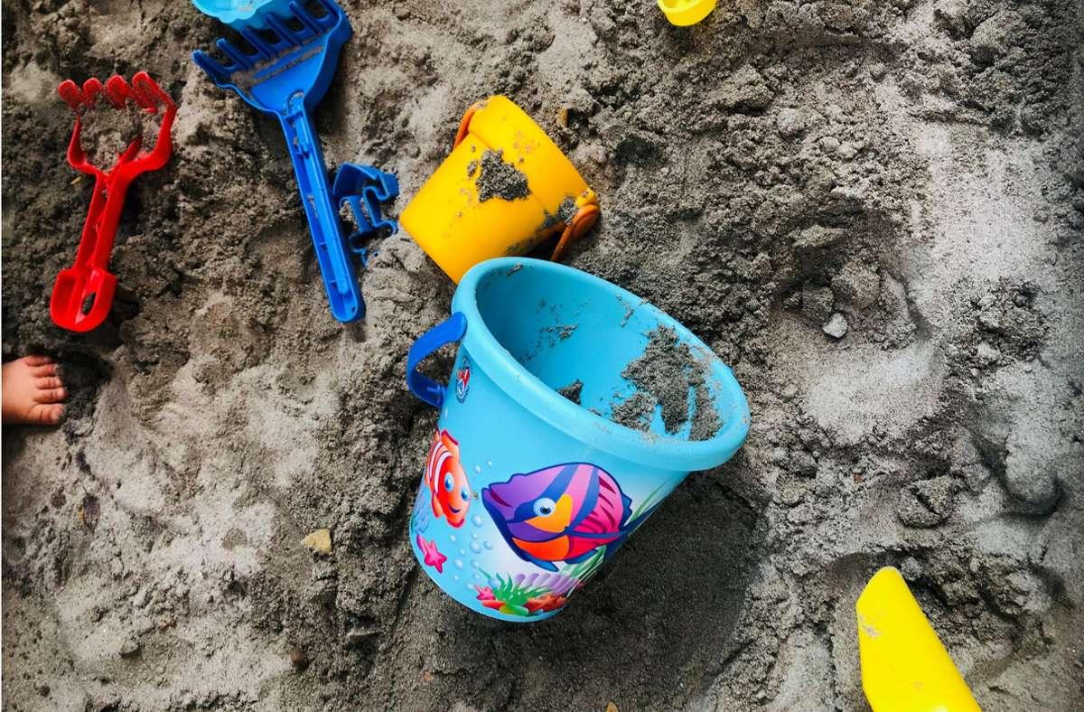 Spuren im Sand: Schaufel, Rechen und Eimer – ohne geht's nicht. Foto: Setzer