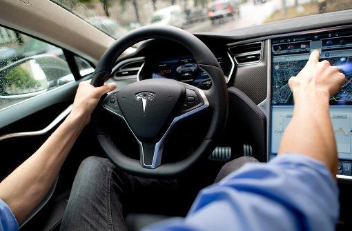 Tesla kollidiert mit Bus