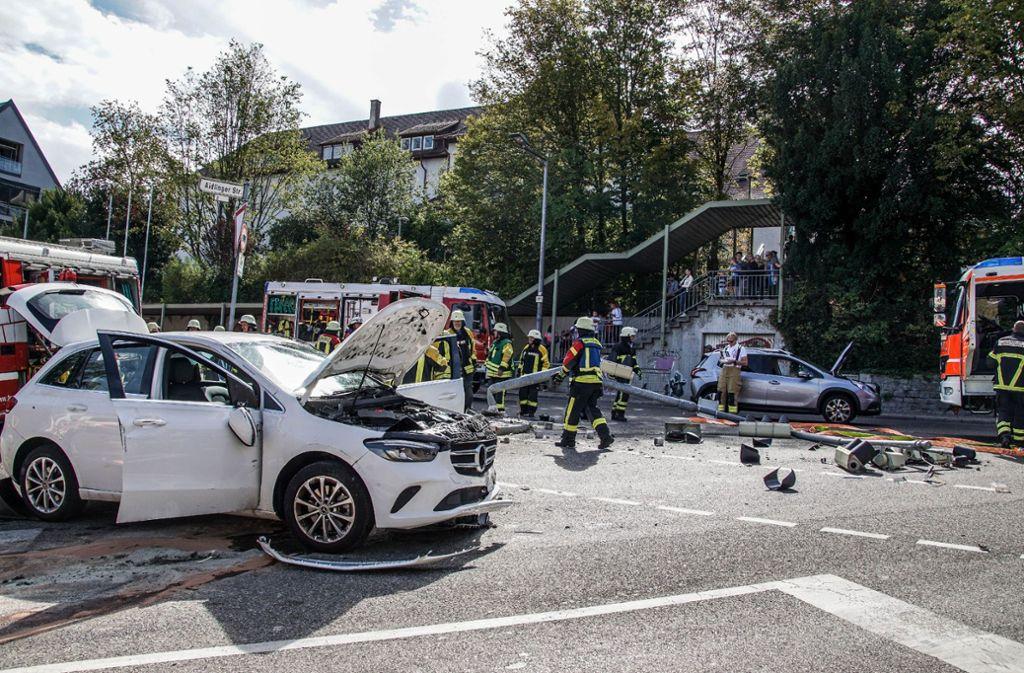 Der Unfallverursacher wurde nach dem Aufprall nach rechts gegen einen Ampelmasten geschleudert. Foto: SDMG//Dettenmeyer