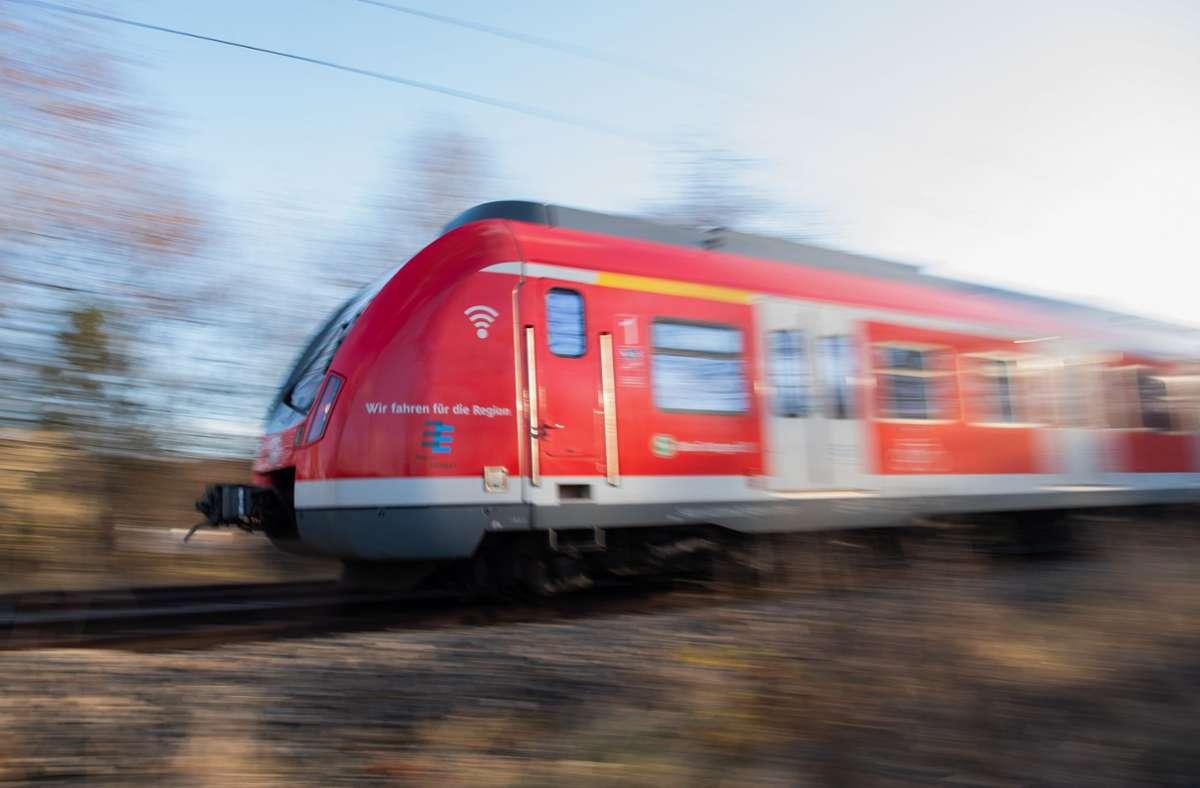 Der Lokführer der einfahrenden S-Bahn konnte nicht mehr rechtzeitig bremsen. (Symbolfoto) Foto: dpa/Tom Weller